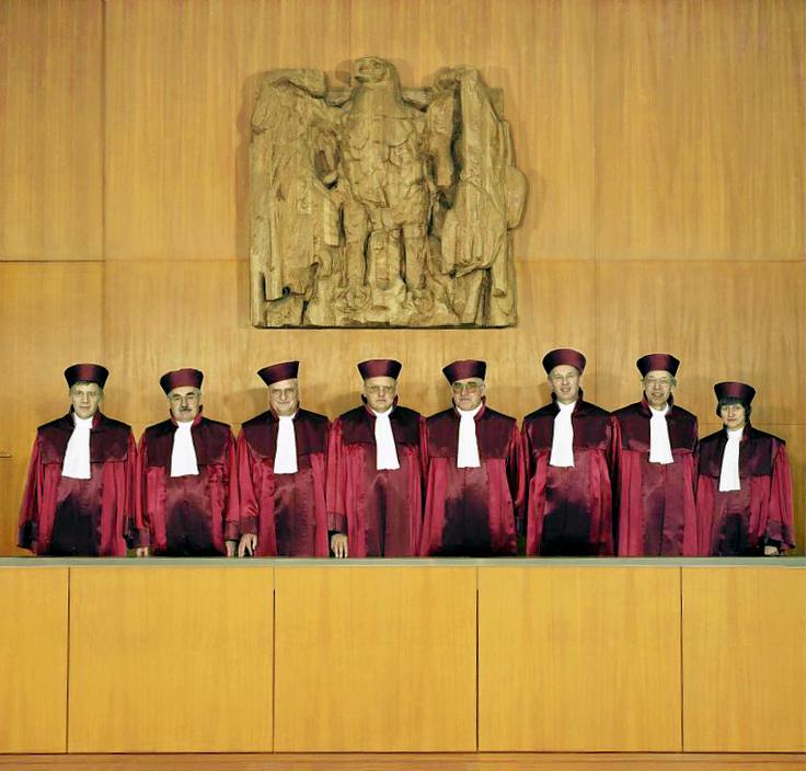 Vokietijos Federalinio Konstitucinio Teismo teisėjai Karlsruėje 1989 metais apsirengę tarnybiniais rūbais.